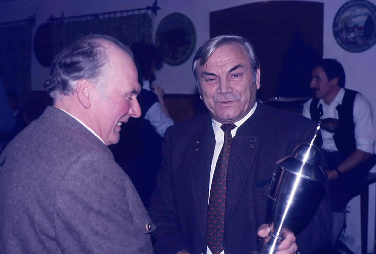 Preisverteilung Gemeindepokal 1985 Bürgermeister Josef Kalkhofer überreicht Siegerpokal an Georg Portenlänger